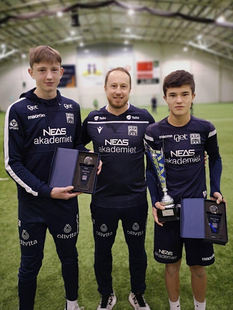 Utviklingsleder Leo Totev deler ut priser til Marius og Andreas, begge tidligere Frei FK.