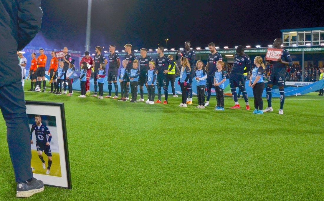 Et jentelag fra Kristiansund Fotball var med som maskoter og fulgte spillerne under innmarsjen. Foto: Ann Olaug Slatlem, KBK.